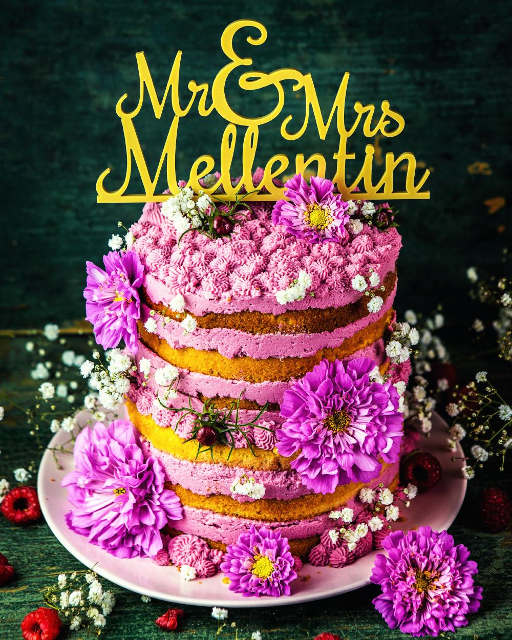 Hochzeitstorte mit Himbeeren und Blüten