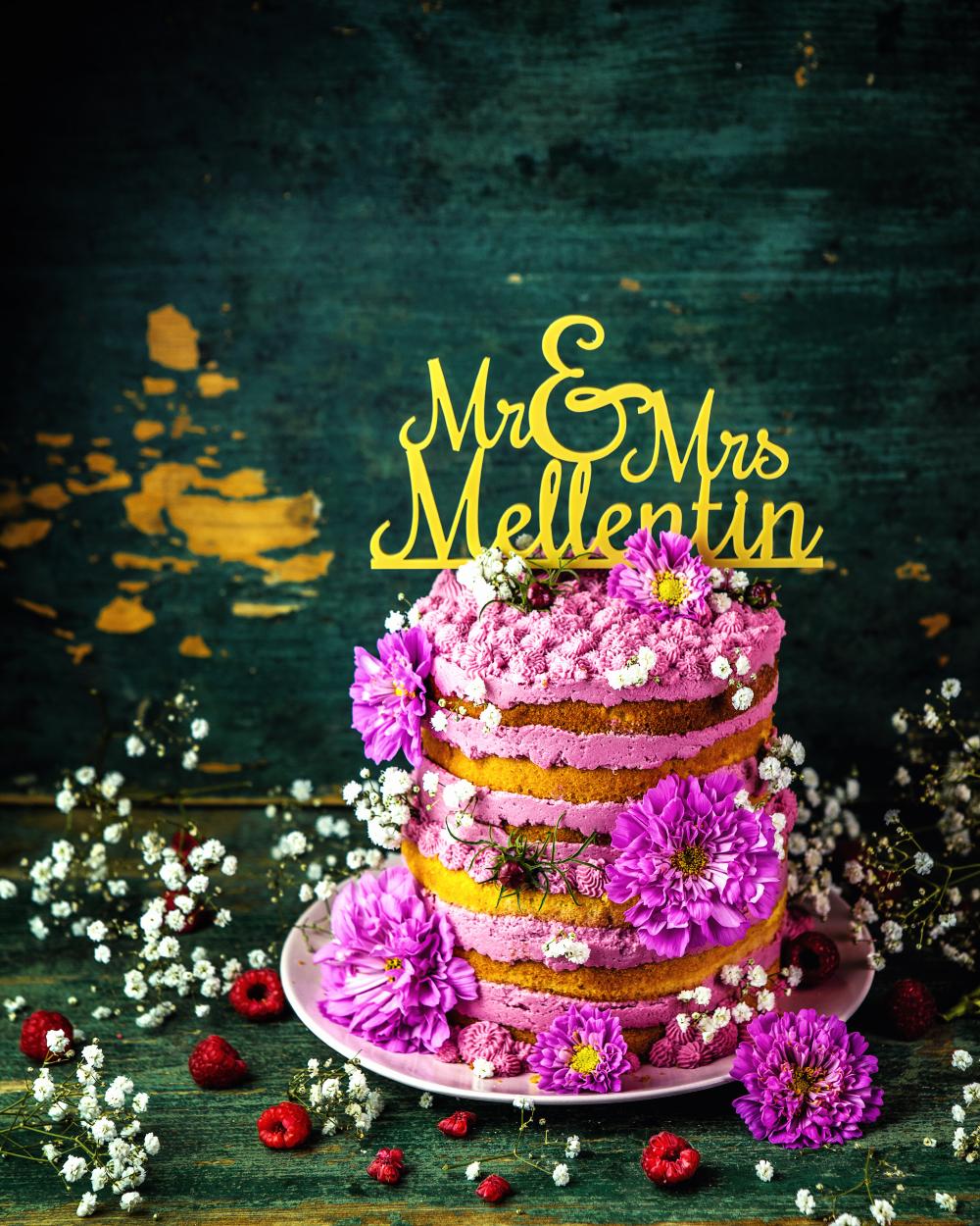 Naked Cake Hochzeitstorte mit Himbeeren und Blüten
