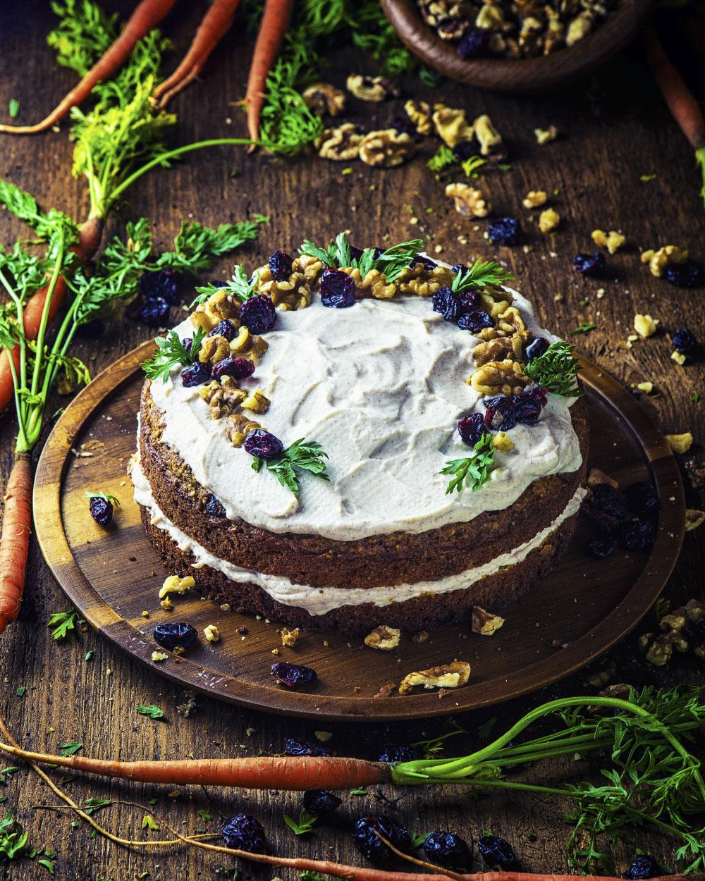 Möhren Kuchen mit Cranberries und Walnüssen einfaches Rezept für einen köstlichen Osterkuchen