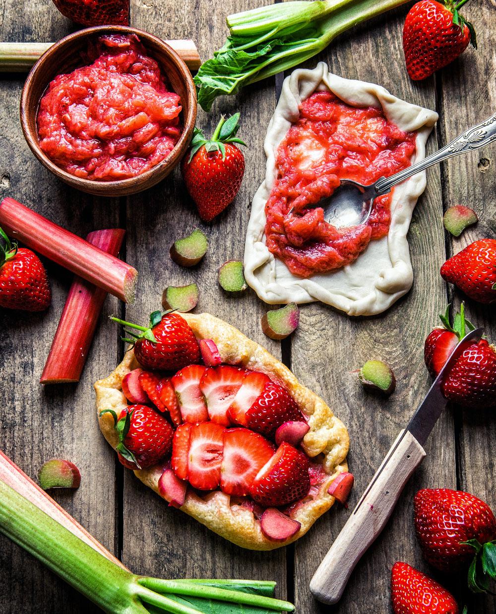 Erdbeer-Rhabarber-Flammkuchen einfaches Rezept für süßen Flammkuchen