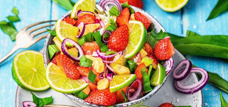 Exotischer Bärlauch Salat einfaches rezept mit Erdbeeren und Avocado