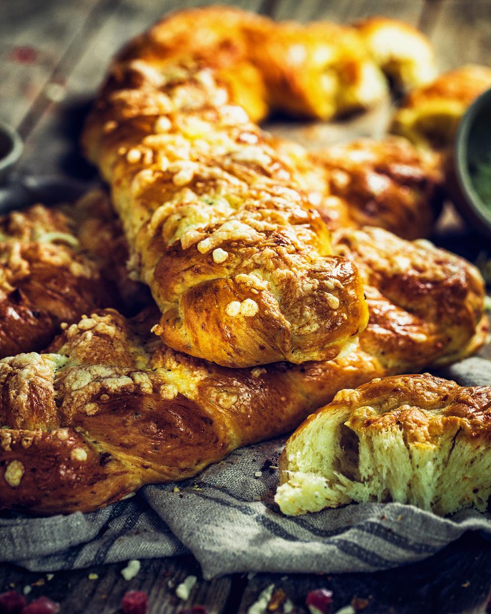 Herzhafter Käse-Speck Hefezopf