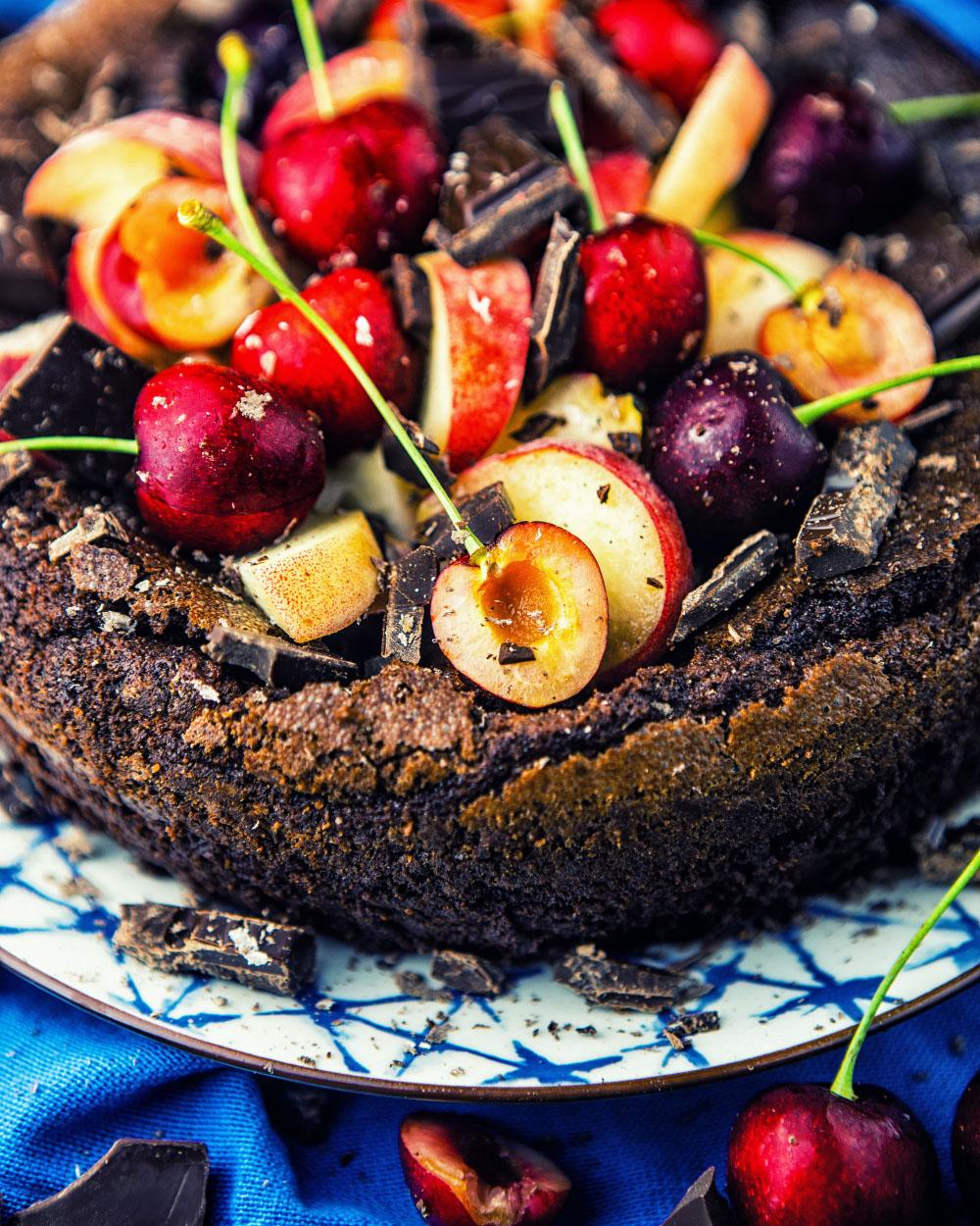 glutenfreier super saftiger schokoladenkuchen einfaches rezept ohne mehl mit frischen Früchten