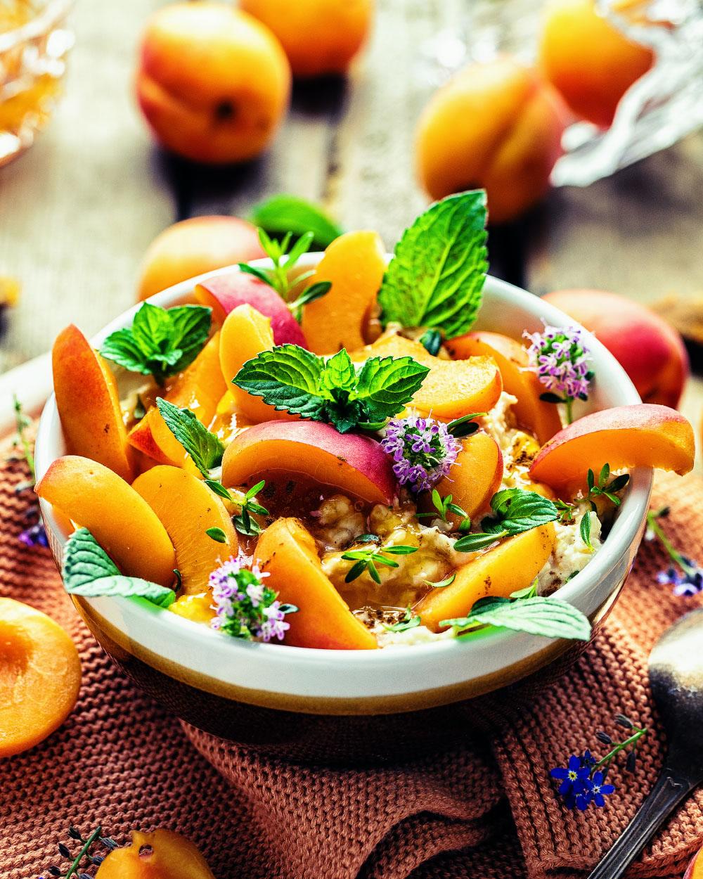 Aprikosen-Oatmeal-Bowl einfaches Rezept für perfektes Sommerfruehstueck
