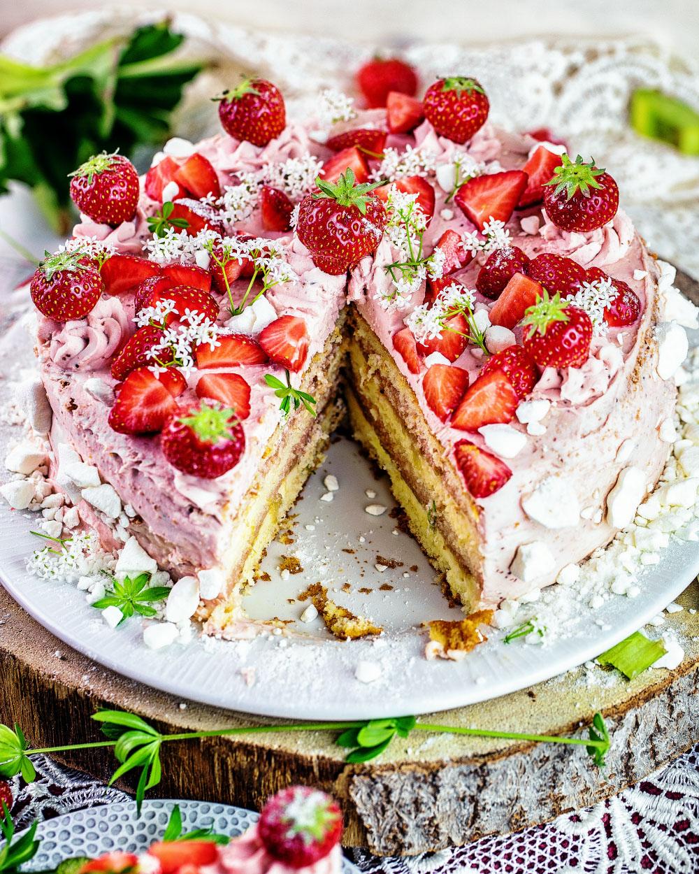 Rhabarber-Erdbeer Torte mit fertigen Böden