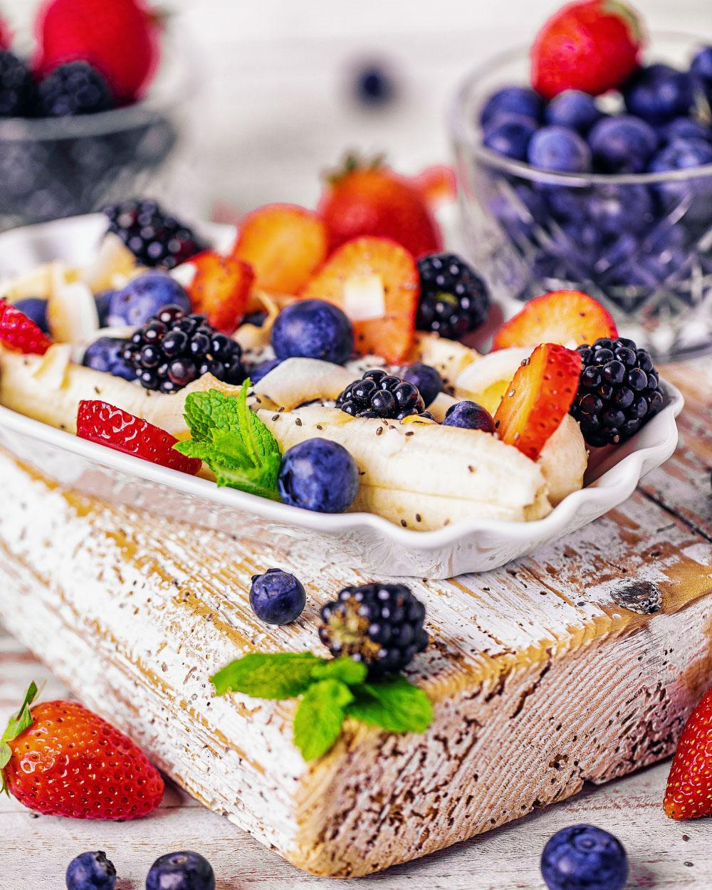 Fruchtiges Banana-Split-Frühstück kalorienreduziert einfaches Rezept fitfood