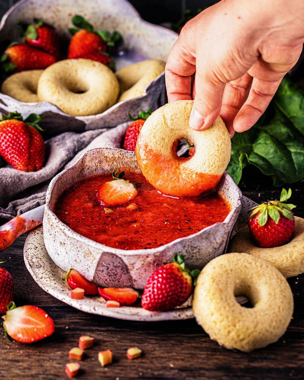 süße pfeffrige Erdbeer-Rhabarber-Suppe einfaches rezept